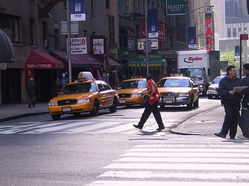 File de taxi dans la rue à New York